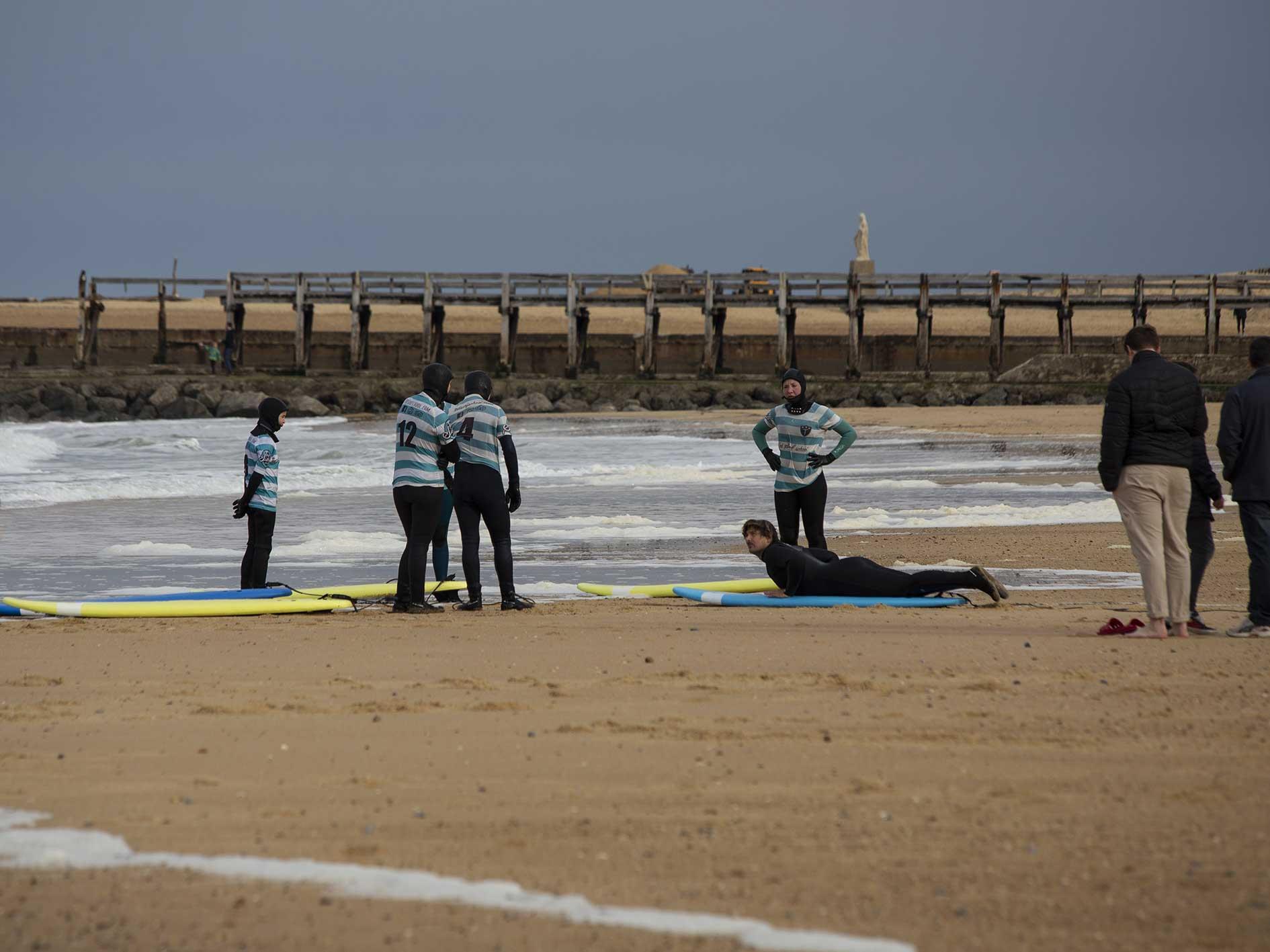 Les élèves suivent les conseils du prof de surf