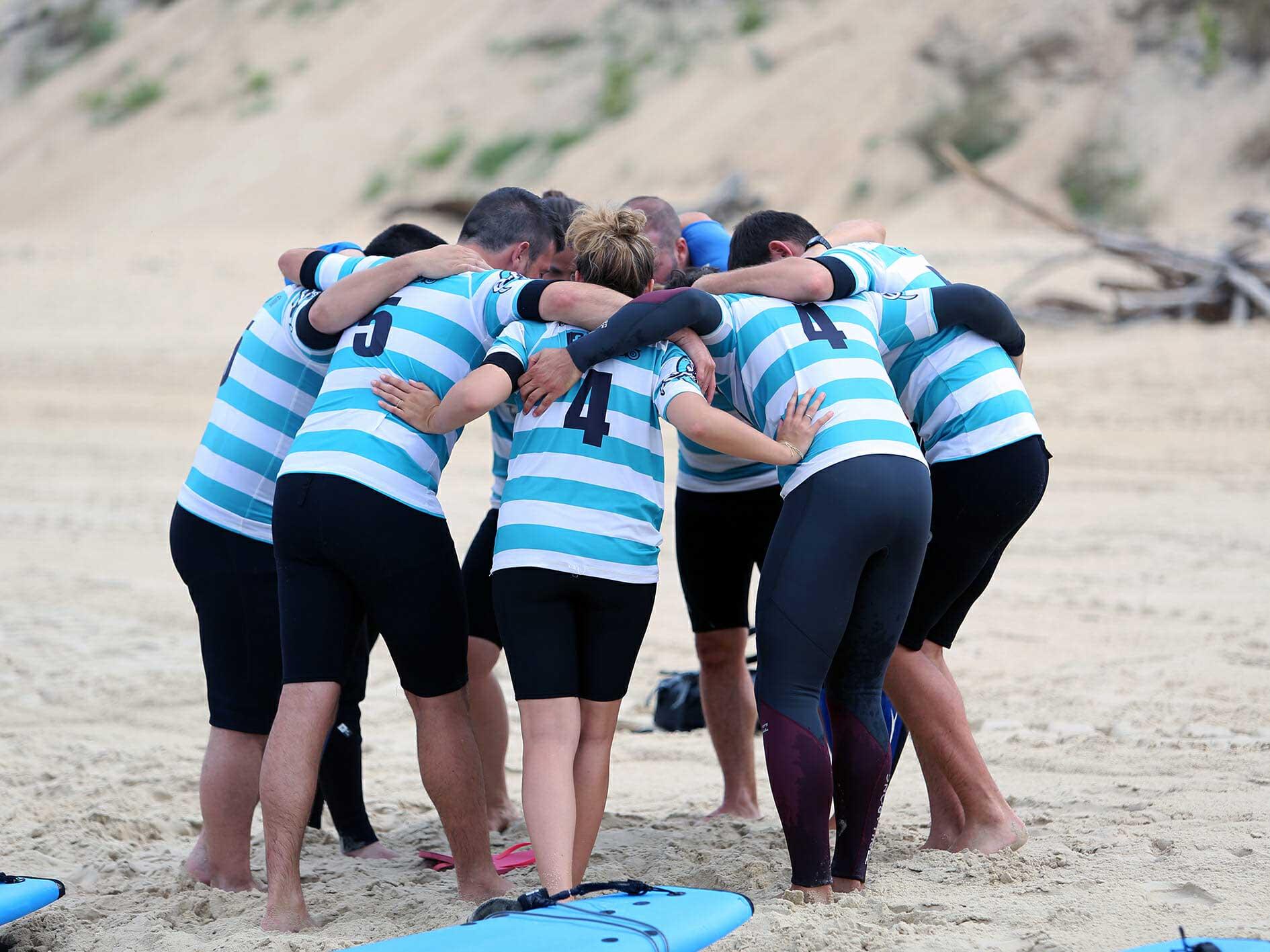 Esprit d'équipe ted surf school durant un cours de surf