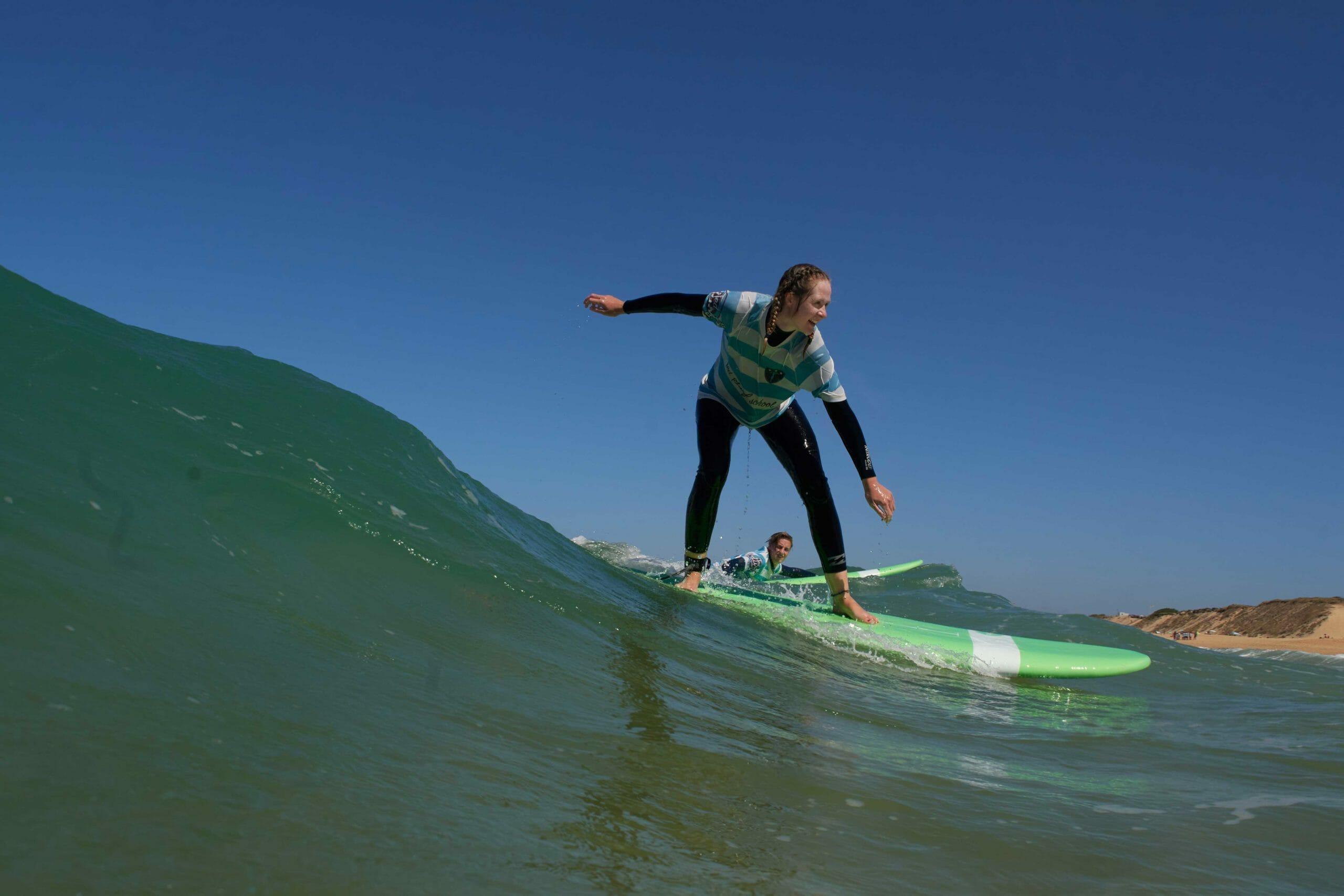 Une fille prend sa première vague à Capbreton