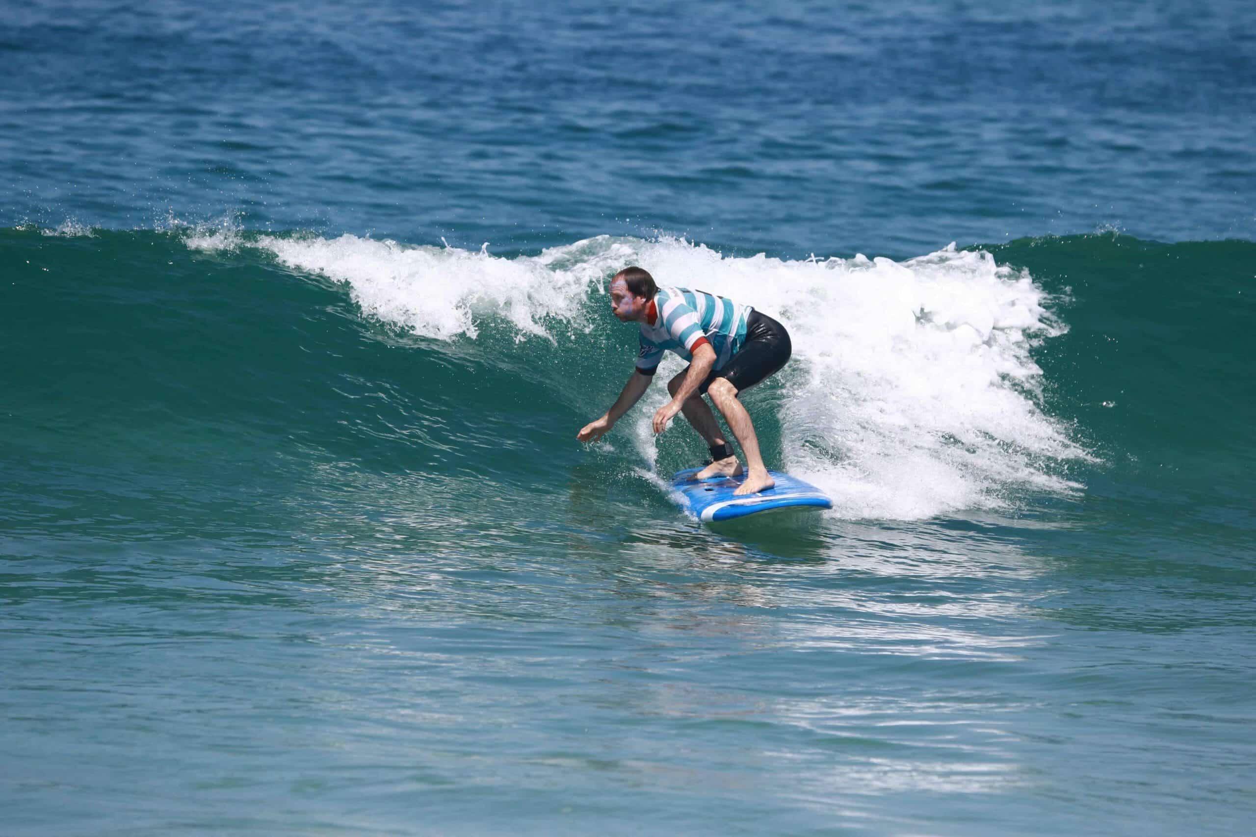 Un homme découvre les premières sensations de glisse sur une vague
